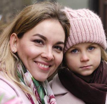 Почему мать постоянно критикует взрослую дочь - фото